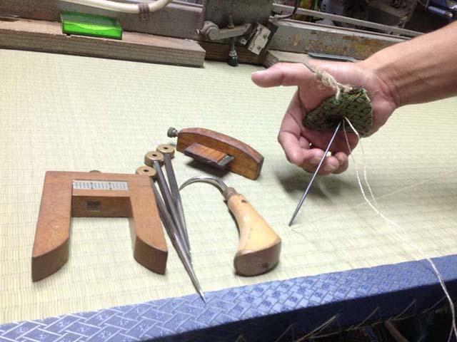 畳を縫うための極太の針などの道具の写真