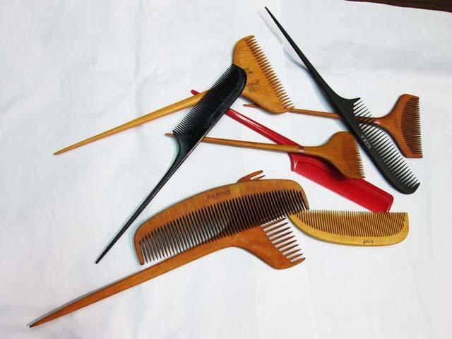 髪結に使ういろいろな種類の櫛の写真