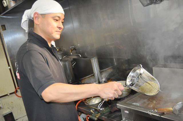麺のお湯きりをしている写真