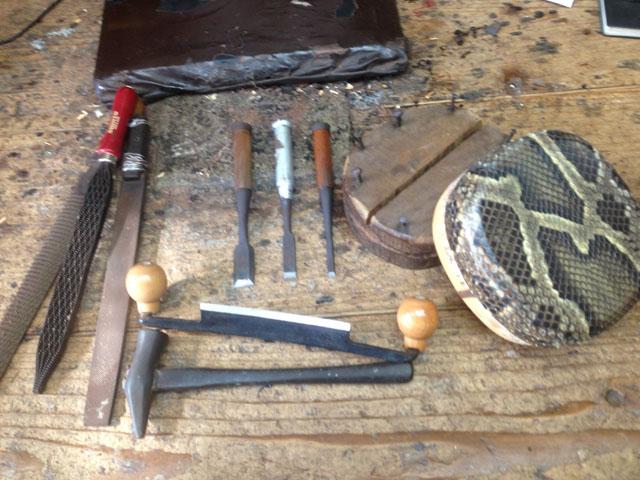 サンシン作りに使うノミやヤスリなどの工具