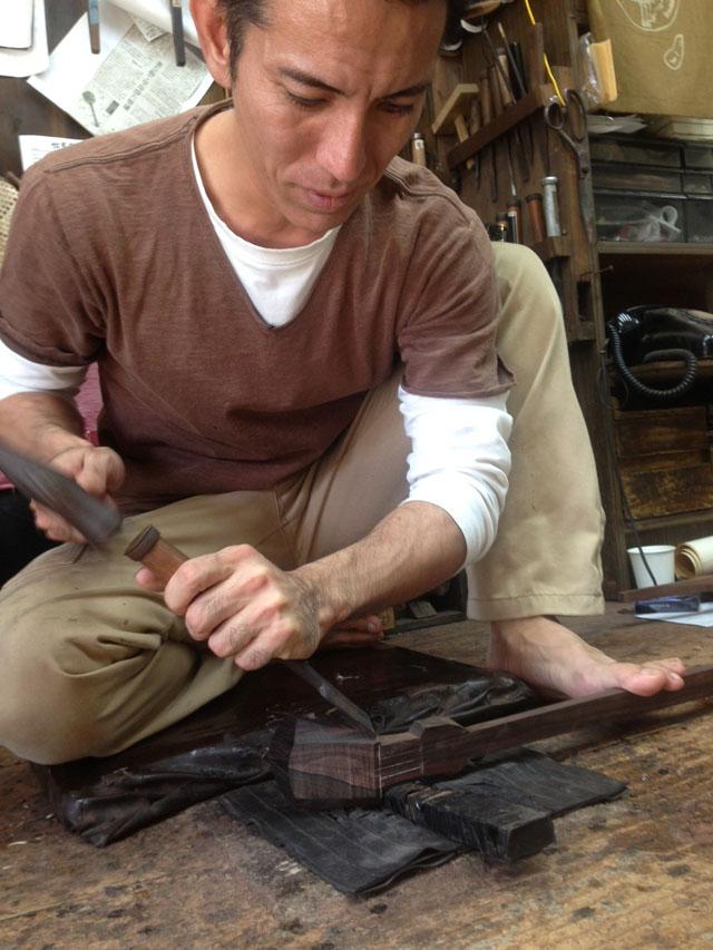 ノミを使ってサンシンの棹を作る仲嶺さん