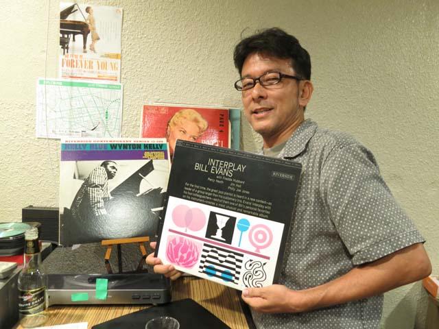 ジャズのレコードジャケットを見せる稲垣さん
