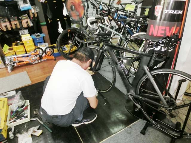 自転車を整備している石川さん
