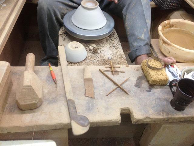 焼き物作りに使うろくろやへらなどの道具