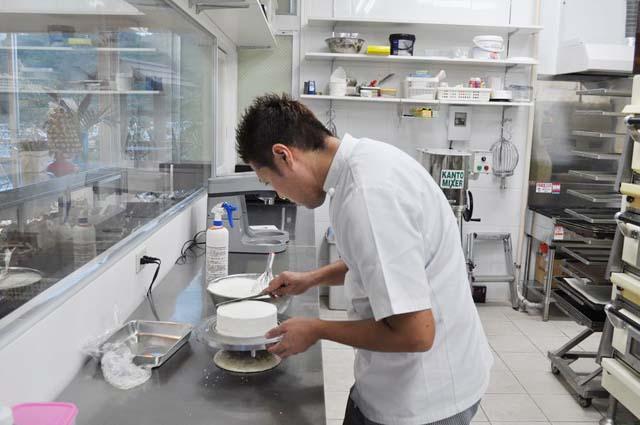 ケーキにクリームを乗せる田島さん