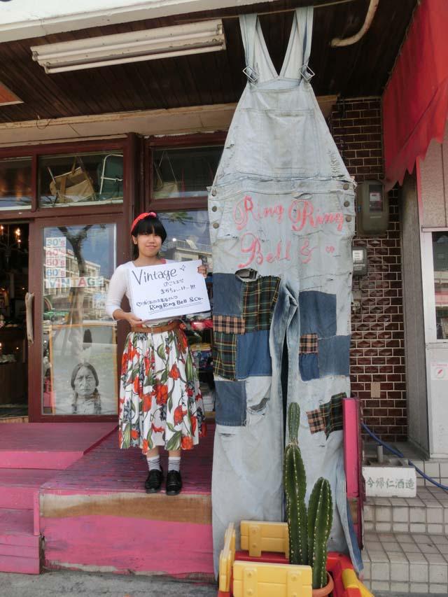 お店の前で写真に写るZucchiさん